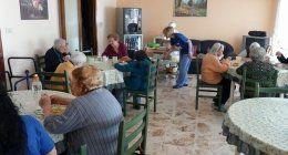 sala da pranzo alla casa di riposo con anziani