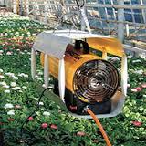 Varie macchine per curare le serre e proteggere le piante