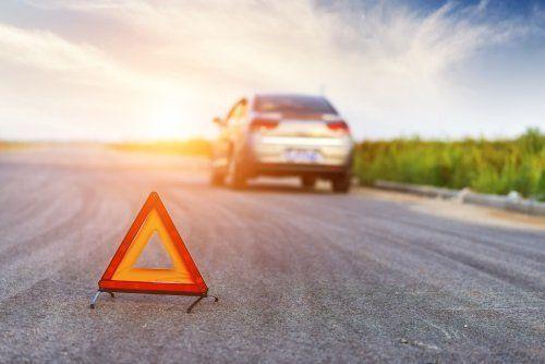 un triangolo di sicurezza e un veicolo in panne