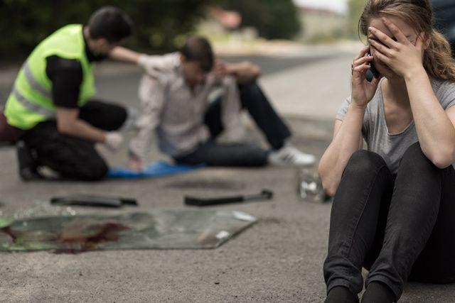ragazza che piange dopo grave incidente