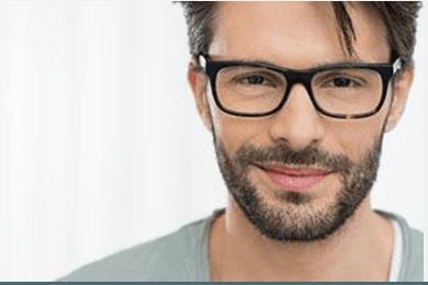 Uomo giovane con occhiali