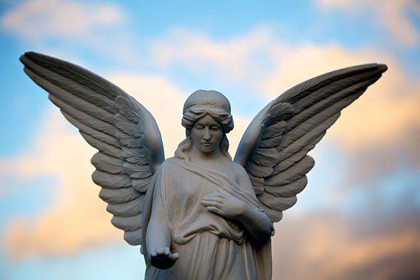 una statua di un angelo