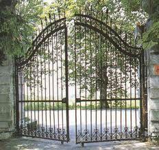 un cancello in ferro semiaperto