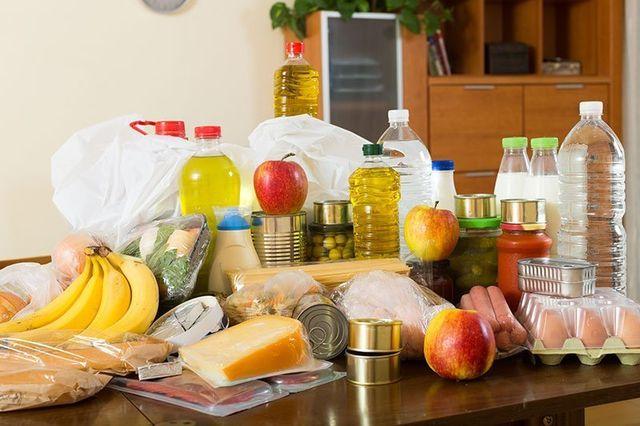 Spesa fatta al supermercato, messa sul tavolo da cucina