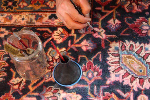 bordo danneggiato di color blu di un tappeto con disegni a fiori