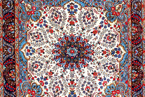 Tappeto quadrato color bordeaux con un disegno pseudo floreale di color beige al centro