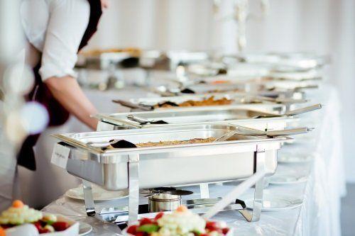 tavolo di catering con cibi diversi
