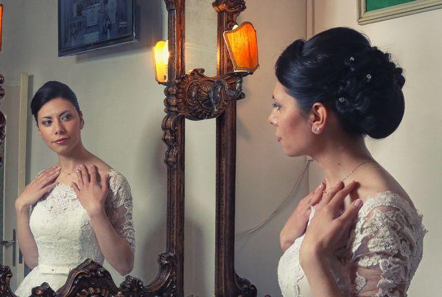 sposa con i capelli raccolti che si specchia a campobasso