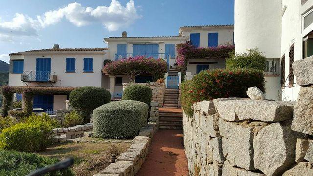 vista dall'esterno di una villa e un giardino davanti