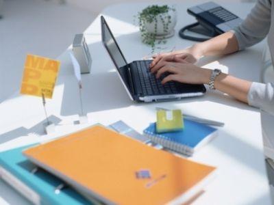 due mani di una donna mentre lavora con un portatile