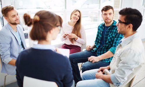 gruppo di ragazzi seduti in circolo