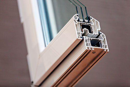 Taglio di una finestra in metallo e vetri a Milano