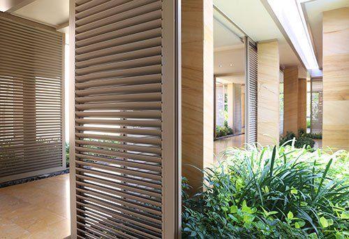Vista di un corridoio moderno con i serramenti in alluminio e legno a Varese