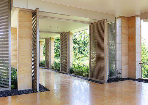 Vista di un corridoio moderno con i serramenti di qualità a Varese