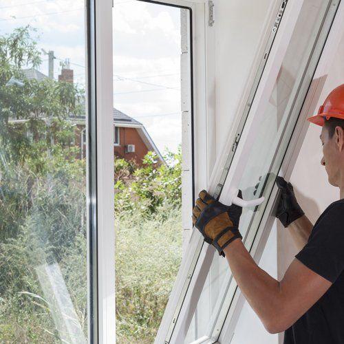 Operaio installando la finestra in alluminio a Caronno Pertusella
