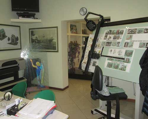 ufficio con scrivania e sedie verdi