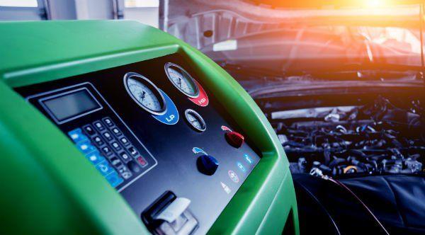 un macchinario per ricaricare l'aria condizionata dei veicoli