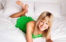 Giovane donna stesa a letto
