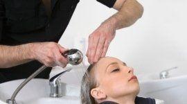 parrucchiere lava capelli a una cliente