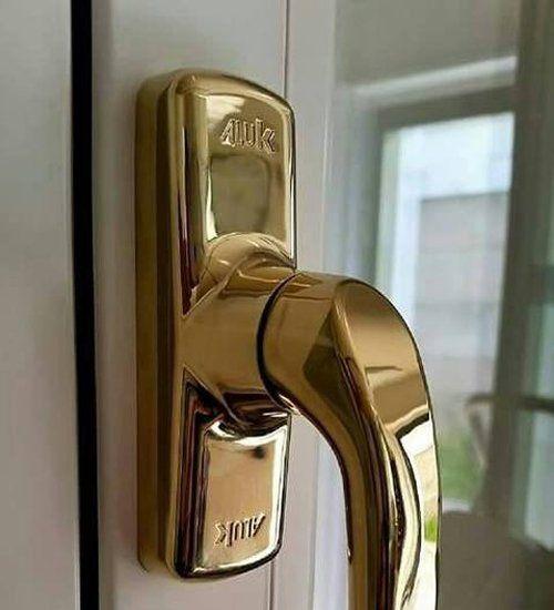 Maniglia di una porta a Caronno Pertusella