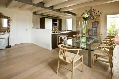 cucina e sala da pranzo con pavimento in parquet