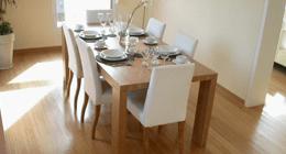 sala da pranzo con tavolo e pavimento in legno