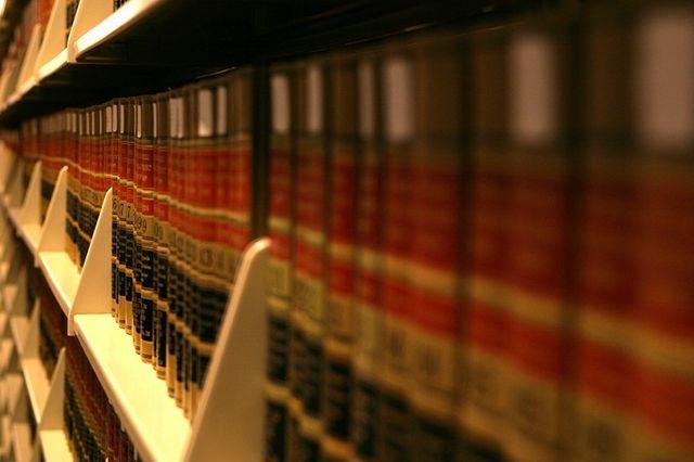 dei libri in uno scaffale