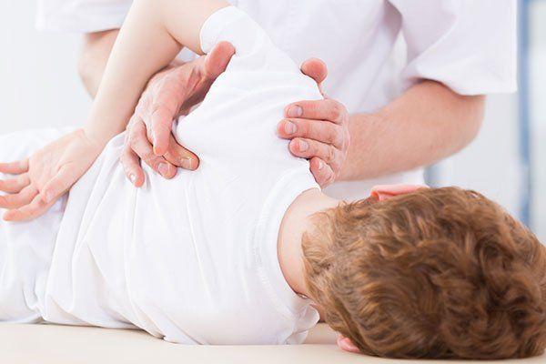 un massaggiatore effettua un trattamento su un paziente