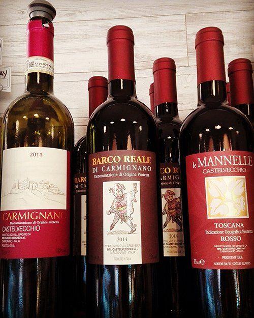 Bottiglie del vino all'angolo Rosso a Carraia