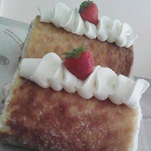 una torta Millefoglie con panna montata e fragole