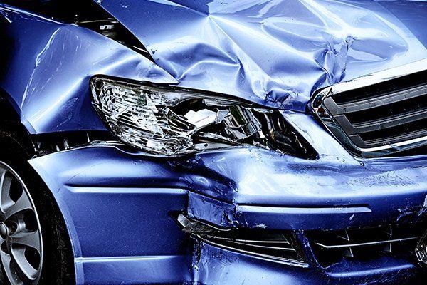 una macchina blu con la  carrozzeria danneggiata