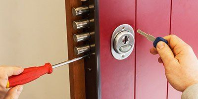 Primo piano di serratura con chiave e cacciavite