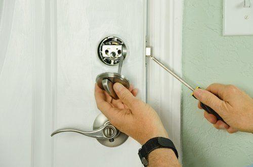 Sostituzione di una serratura di una porta
