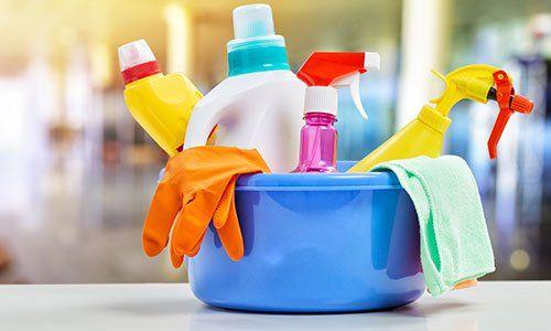 Cesto con articoli per la pulizia