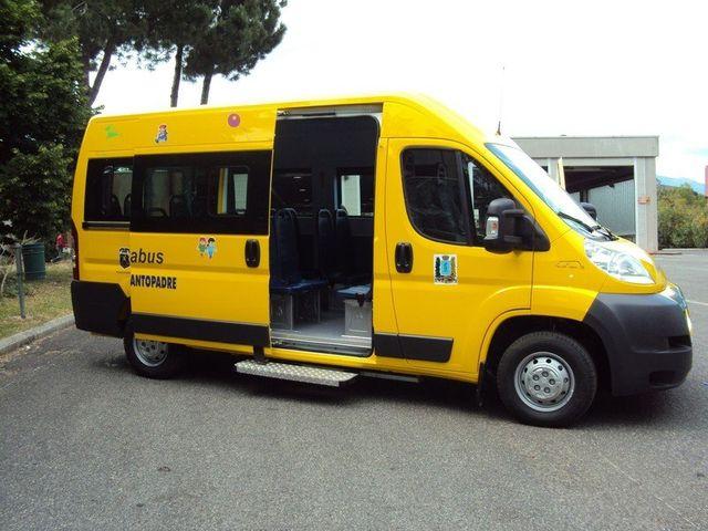 Vista esterna di uno scuolabus giallo