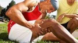 uomo a terra con un forte dolore alla gamba