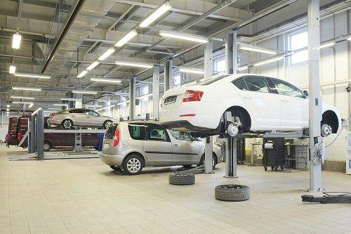 Auto in attesa di cambiamento di ruote