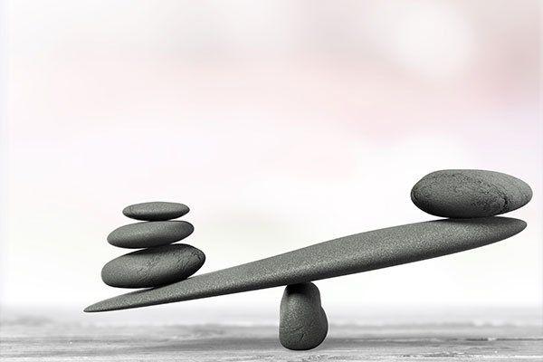 delle pietre disposte a formare una bilancia