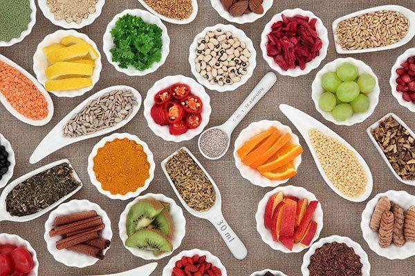 delle coppe con spezie, frutta, legumi, cereali e altri alimenti