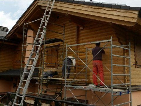 impalcatura con operai a lavoro su facciata