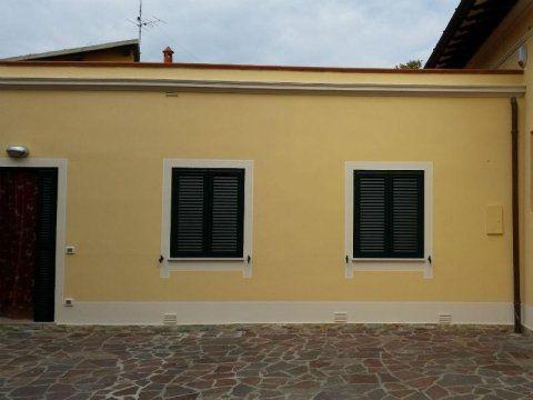 facciata di edificio tinteggiato di giallo