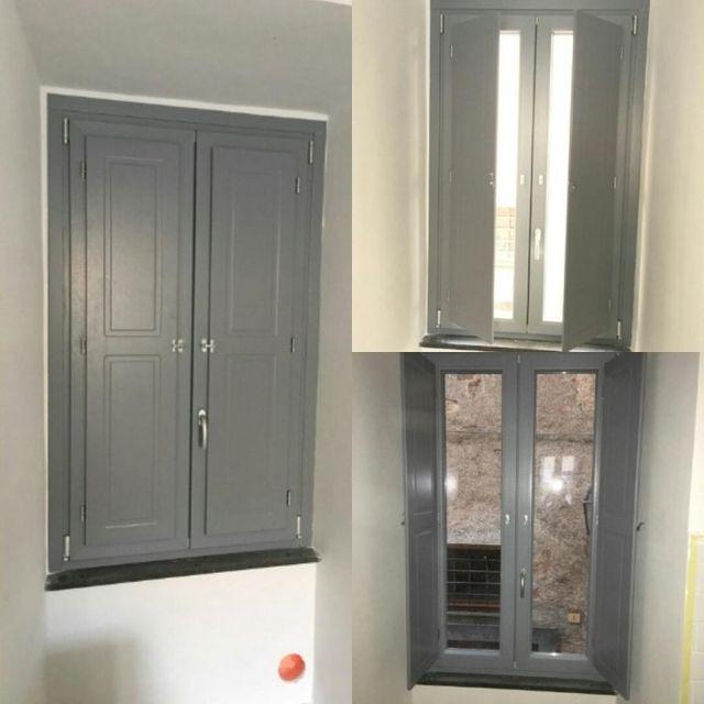finestra i pvc con scuretto e finitura grigio classico