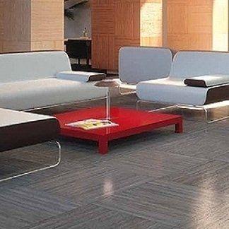 divano e poltroncine in un salotto moderno