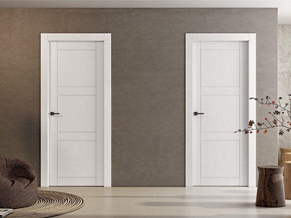 vista ravvicinata di una porta blindata in ferro semi aperta