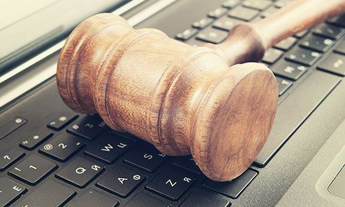 Mazzo della giustizia sul portatile