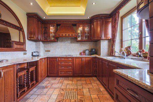 una cucina con mobili in legno