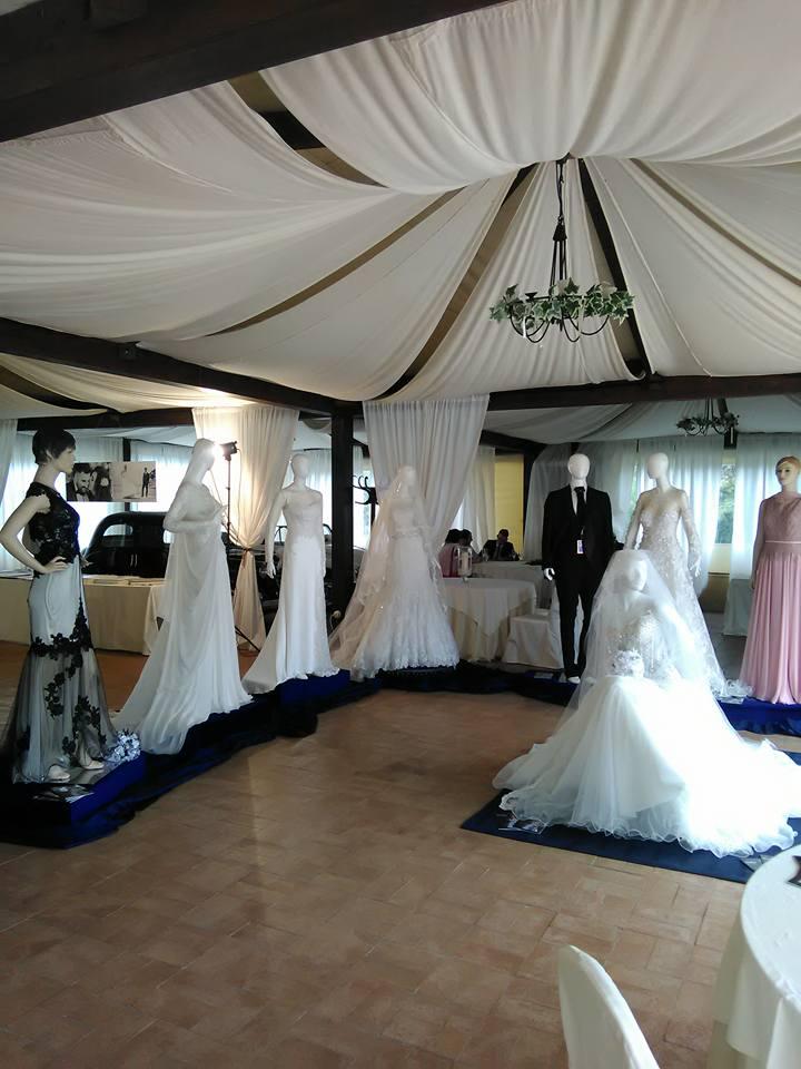 manichini con degli abiti da sposa