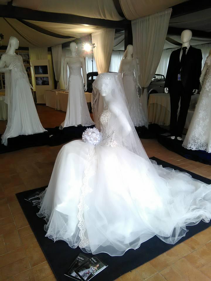 di manichini con degli abiti da sposa e uno con un completo