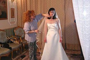 Una donna che tiene in mano il velo di una sposa
