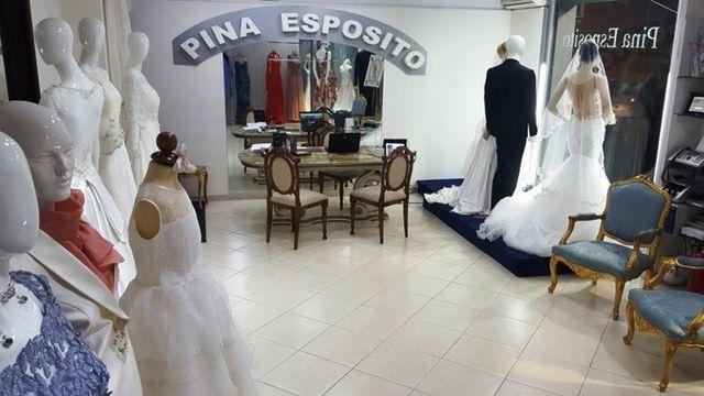 interno di un negozio di vestiti da sposa e una insegna con scritto Pina Esposito
